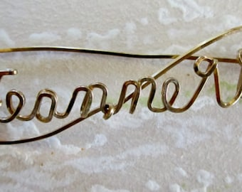 JEANNETTE Gold Wire Name Pin Twisted Cursive Script Brooch