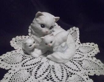 1988 Collectible ENESCO White Cat & Kittens w/Yarn Ceramic Figurine