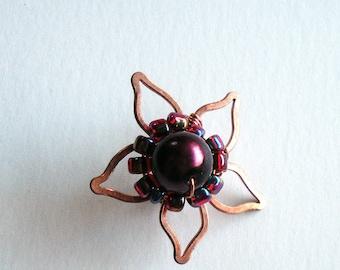 Earcuff fleur de cuivre fait main avec perle de verre à vin rouge