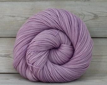Celeste - handgefärbt Superwash Merino Fingering Sockenwolle - Colorway: Wisteria