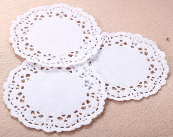 10 white paper doilies