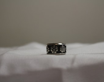 Heavy Vintage Sterling Silver Daisy Band