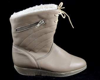 Size 6 Leather Boots - Unworn Apres Ski Boot with Rubber Soles & Faux Fur Lining - Trendy 80s Beige Shoe - 1980s Blondo Label - NOS - 47097