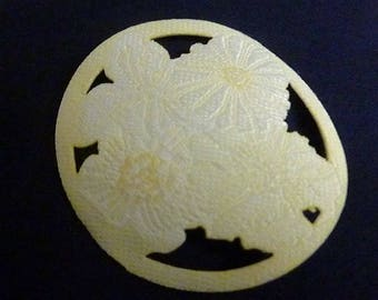 Fusible rosette with flowers in shades of white