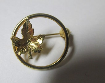 Vintage Gold Tone Circle with a Leaf Brooch Pin / Costume Jewelry / Estate Jewelry