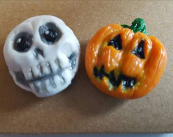 2x Handmade Halloween badge pins. A skull and a pumpkin