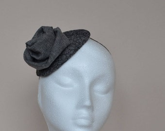 Grey fascinator. Gray fascinator. Grey small hat. Gray mini hat. Gray wedding hat. Grey wedding hat. Ladies day hat. Ascot hat. Derby hat.
