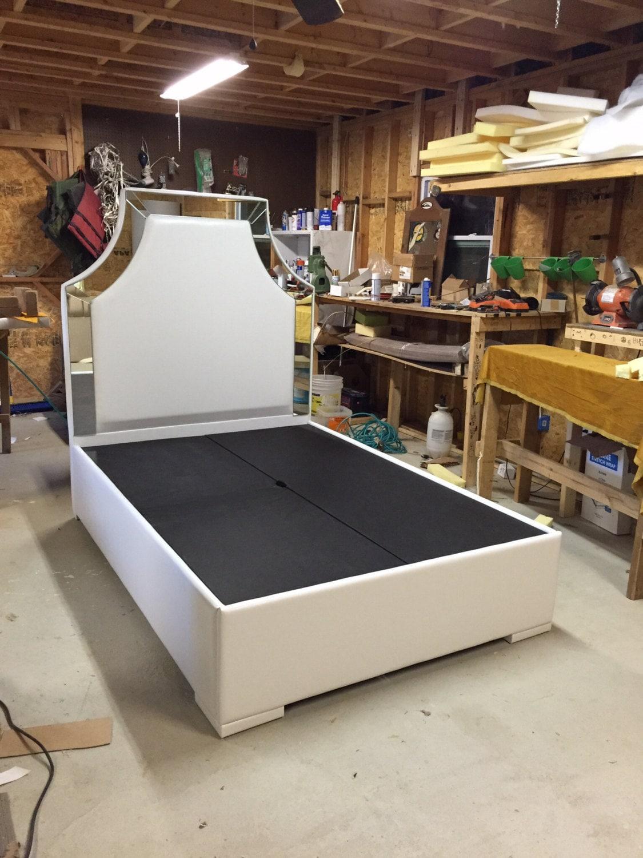 Blanca de piel sintética tamaño plataforma cama tapizada con