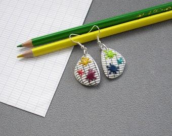 Boucles d'oreilles taches de peinture multicolores,cadeau maîtresse d'école, taches multicolores sur cahier d'écolier en pâte polymère fimo
