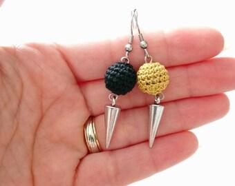 Boucles d'oreilles perle au crochet style rock, bijoux au crochet moderne, boucles dépareillés