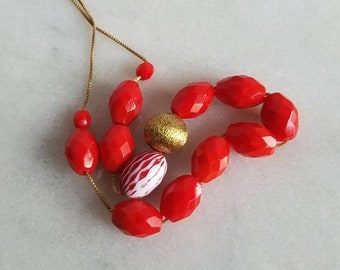 destash Bright Red and White Vintage Lucite Beaded Retro Necklace