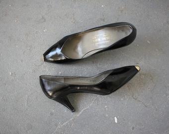 vintage 1980s heels / 80s gold toe pumps / 80s Bruno Magli heels / 80s black leather heels / 80s designer heels / 3 inch heel / size 6