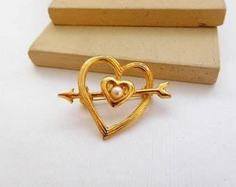 Retro Vintage Gold Tone White Faux Pearl Open Heart Brooch Pin D39