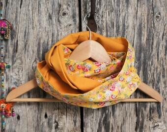 Snood Foulard femme en tissu jaune vintage avec des fleurs