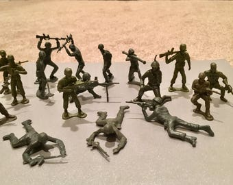 17 Green Plastic Army Military figures men with guns toy