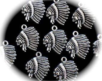 5 BRELOQUES têtes d'indiens et coiffes en métal argenté