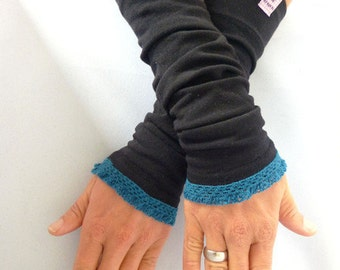 Arm warmers, fingerless gloves in black with ruffle in teal
