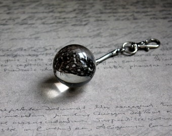 Door-key/bag charm sphere 3 cm resin with inclusion of 2 grey feathers