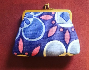Kiss Clasp Coin Purse made with 1960s Reclaimed Vintage Fabric in Retro Purple and Pink Print