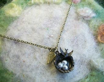 Halskette mit Vogel-Nest und kleine Spatz