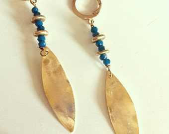 Earrings in blue crystals and gilded metal disks golden brass