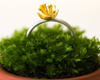 Buttercup ring with small flower