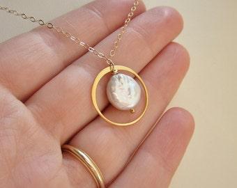 Moderne Perlenkette, Süßwasser-Münze Perle, gold Creolen, Eternity Ring Kette, Kreis Halskette, Bio weiße Perle, gold Halskette