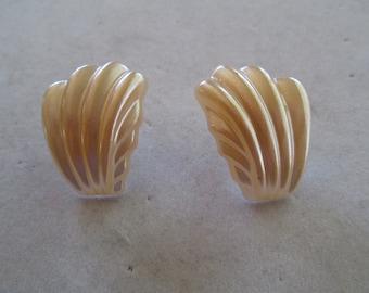 """Pale peach faux seashell 1980's earrings measures 1"""" x 3/4"""""""