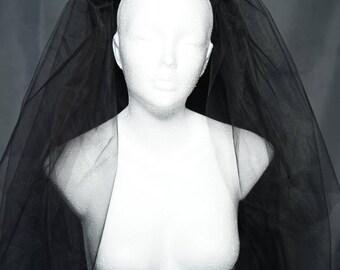 Gothic  black veil with roses and red feathers / Schleier mit roten Federn und Stoffrosen