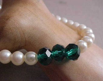 Emerald Green-GLASS Stones Accent STRETCH Bracelet~made with Vintage Faux PEARLS~Stylish~Smart~Chic~Fashionable~Easy Wear