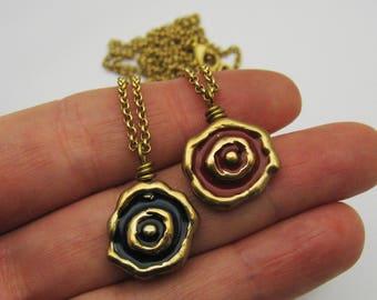 Gold Wirbel Halskette, rote Harzhalskette, schwarze Harzhalskette, rot und Gold Halskette, schwarz und Gold Halskette, handgemachte Bronze Halskette