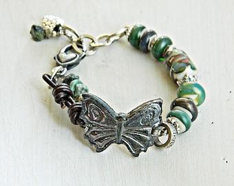 Grün rustikale Boho Armband Keramik Handwerker-Lampwork Armband Boho Schmetterling Armband erdigen böhmische Perlen Gypsy Assemblage