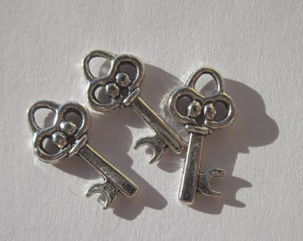 3 silver metal 20 mm key charms (6104).