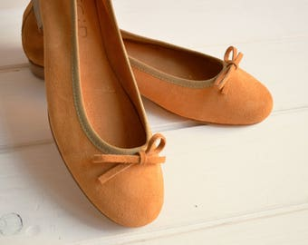 Wonderful dancers, craft product, made in Italy. Made from Suede, leather bottom. Light tan flat shoes