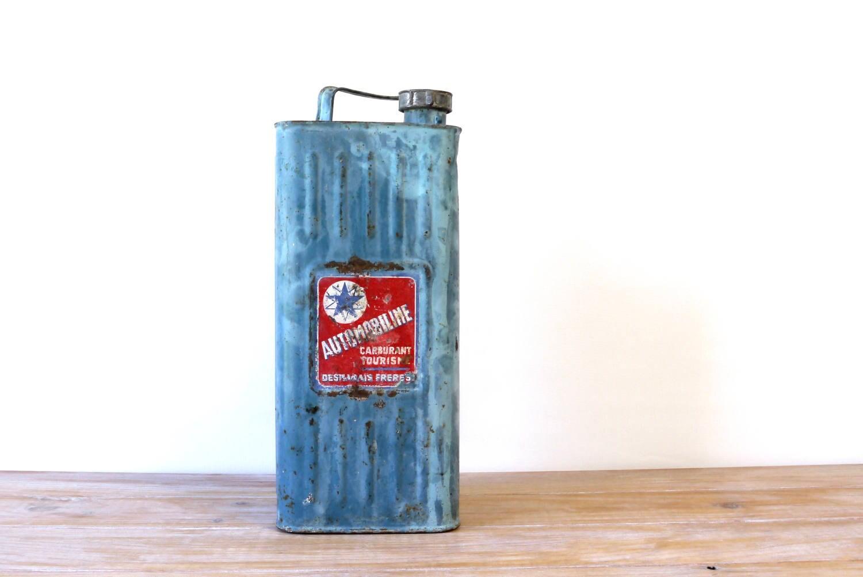 bidon de carburant automobiline bidon en m tal bleu tiquette. Black Bedroom Furniture Sets. Home Design Ideas