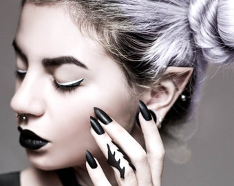 """The """"Betray"""" ring in black - A midi ring with an organic flow and sharp thorns."""
