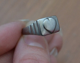 Lovely antique silver art deco WW2 trench art ring / silver sweetheart ring / silver heart ring / UAIAOQ