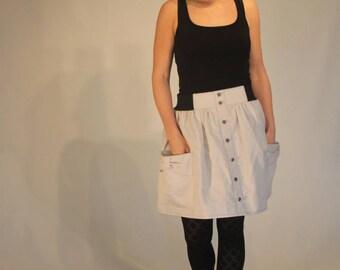 Rock, kurz und aus hellgrauer Baumwolle mit elastischem Taillenbund