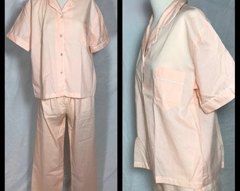 1970s Era Daméa Pale Peach Menswear Style Pajama Set with White Piping Trim in Preshrunk Poly/Cotton Blend - Size 40