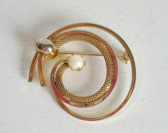 Vintage swirl brooch or pin prong set pearl and gold tone metal braided chain