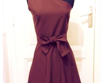 Cocktail dress with asymmetrical shoulder and bow at the waist