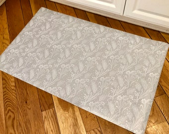 Soft gray wheat/floral patterned floor mat