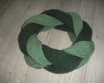 Court round braided two-tone green snood