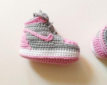 Crochet baby shoes, Nike baby shoes, Jordan grey and pink shoes, Crochet baby booties, Crochet Air Jordan baby sneakers