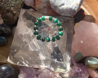 Emerald Gaze. Emerald rondels and fine siver elastic ring.