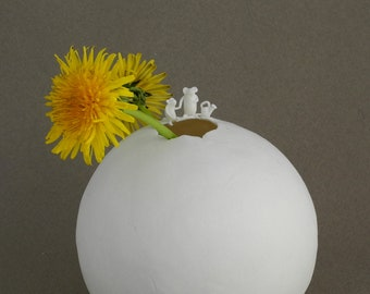 Small round vase in porcelain with 2 mice and a watering can - Learned when young is done when old