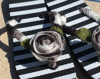 Ladies Black White Stripe Flip Flops size L 9 10 Yarn Roses NEW