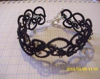 This bracelet is hand tatted /dentelle black