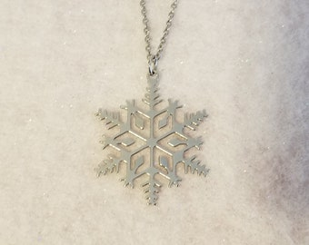 """Vintage Avon 1982 """"Snowflake"""" Textured and Polished Silvertone Christmas/ Winter Necklace"""