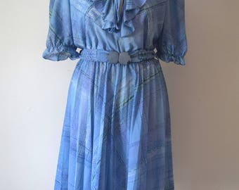 80s Vintage Printed Belted Dress / Frilled Neckline / Short Sleeves / Pleated Skirt / Blue / Woman / M